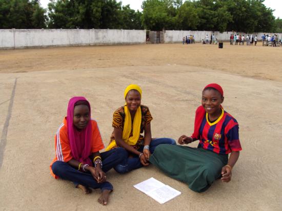 Chicas estudiando en uno de los centros culturales y deportivos de los javerianos en Chad