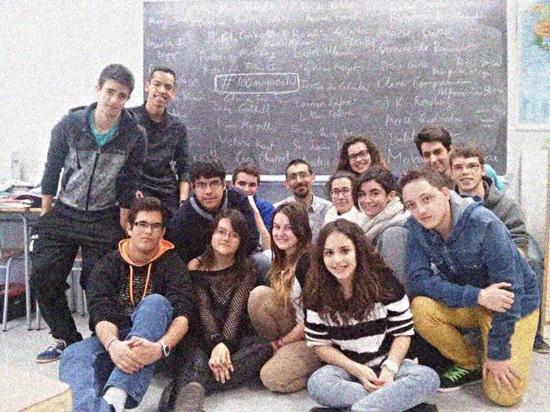 Toni Solano junto a sus estudiantes del Instituto de Educación Secundaria 'Bovalar'.