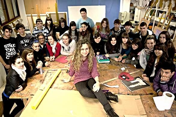 La profesora Luz Beloso con el grupo de alumnos del Instituto 'As Barxas'. Foto: Óscar Corral, en La Vanguardia blogs: CUN LAUDE: La ilusión de rodar.