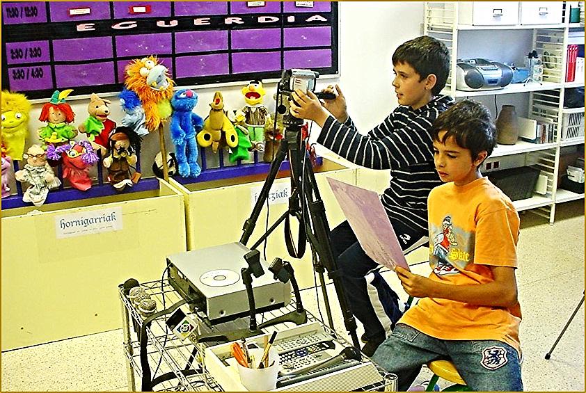 Nos dirigimos al estudio de Televisión. Los cámaras están grabando una entrevista preparada en un departamento de primeras lenguas, sobre el urbanismo de la ciudad