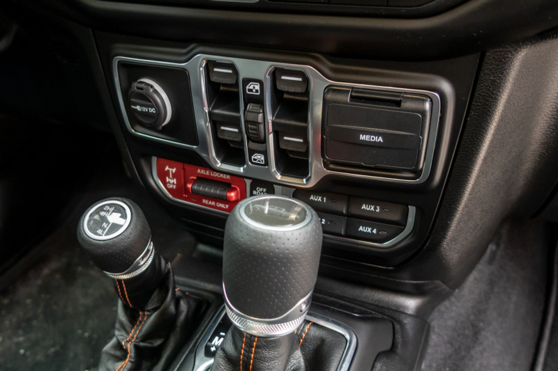 2020 Jeep Gladiator Mojave Off-Road Controls and Gear Shifters