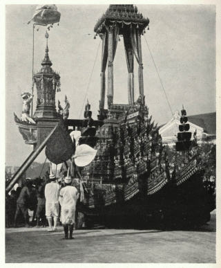 Funeral carriage in the shape of Mount Meru. A Brahmin leads the transfer of the funeral casket from the site of the lying-in-state to the crematorium. Photograph published in Döhring 1923, vol. 1, p.80. British Library, J/10152.tt.26