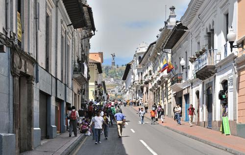 800px-Quito_calle_Venezuela_Panecillo_2010