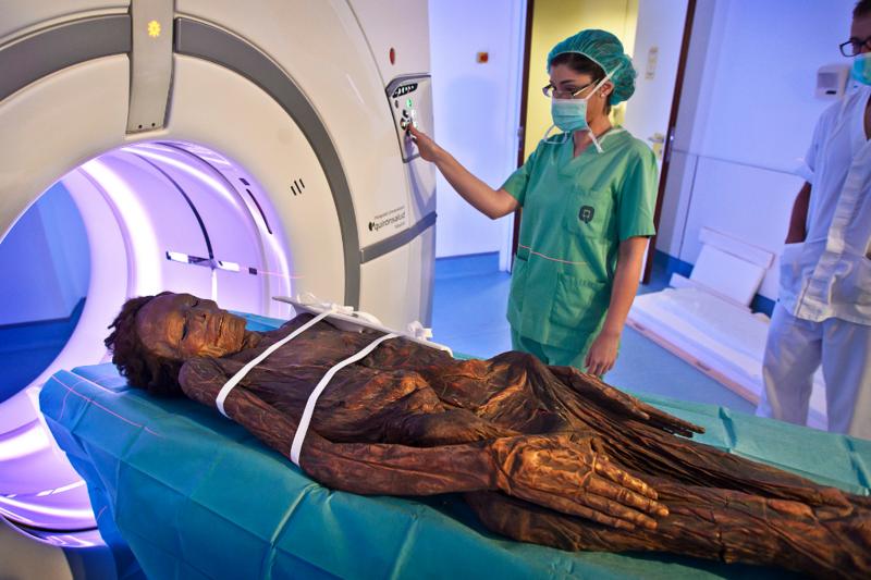 Momento en el que los especialistas radiólogos del Hospital Quirónsalud introducen la momia guanche en el TAC de última generación.