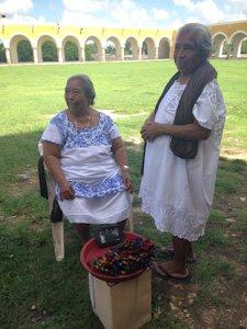 Juana y su hermana, en el convento San Antonio de Padua, en Izamal.